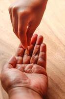 Hand zeigt Geld für Hilfe oder Sparzwecke foto