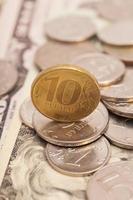 Münzen auf Banknoten foto