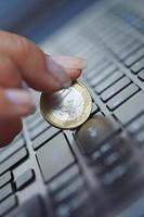 Geschäftskonzept, die Münze auf der Tastatur.