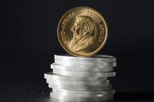 südafrikanische Goldmünze Krugurand auf Silbermünzen foto