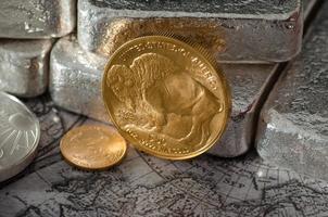 Goldbüffelmünze der Vereinigten Staaten mit Silberbarren & Karte