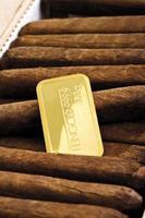 Goldbarren in Zigarrenschachtel foto