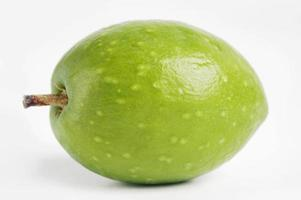 grüne Olive mit Stiel foto