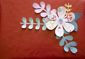Kunst- und Handwerksblume mit Stiel, Blätter auf rotem Hintergrund