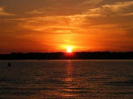 Sonnenuntergang über Banken Kanal von Wrightville Beach, NC USA foto