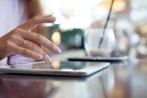 Mädchen arbeitet auf dem digitalen Tablet, eine kleine Tiefe von