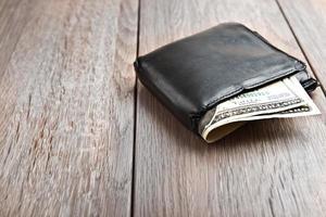 Brieftasche auf Holztisch foto
