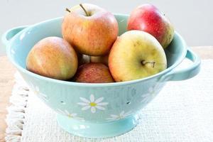 Schüssel mit orangefarbenen Pippin-Äpfeln von Cox foto