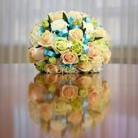 schöner Brautstrauß von Rosen auf einer Hochzeitsfeier foto