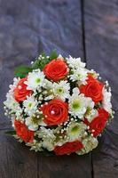 schöner Brautstrauß auf einer Hochzeitsfeier foto