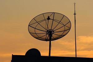 Satellit gegen Abendhimmel foto