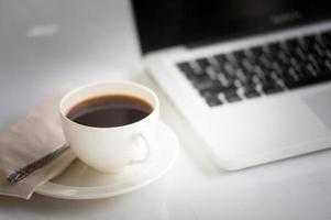 Kaffeetasse und Laptop für Unternehmen foto