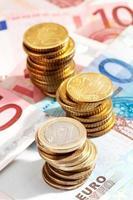Euro-Münzen und Euro-Banknoten schließen foto