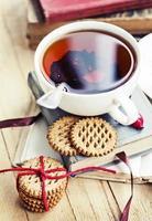 romantischer Herbstweinlese-Hintergrund mit Büchern und Hagebutten-Tee foto