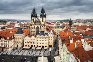 Prag, Marktplatz an einem regnerischen Tag foto