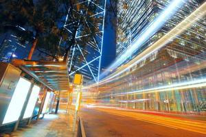 Verkehrsstadt und leere Plakatwand auf dem Bürgersteig foto