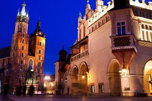 st. Marys Kirche in Krakau in der Nacht foto
