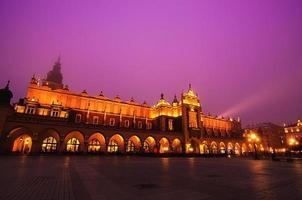 Marktplatz in Krakau bei Nacht