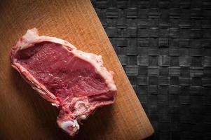 Stück Fleisch auf Schneidebrett foto