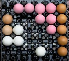 Eier auf einem Tablett ausgelegt foto