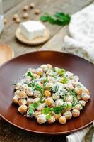 Salat mit Kichererbsen, Feta und Petersilie foto