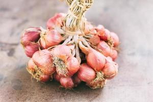 Zwiebeln auf einem hölzernen Hintergrund foto