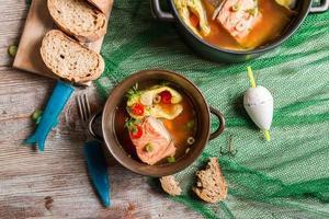 Fischsuppe gewürzt mit Dill und Chili foto