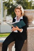 junge Geschäftsfrau mit einem Ordner
