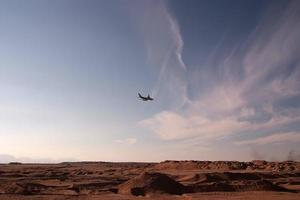 Flugzeug über der Wüste foto