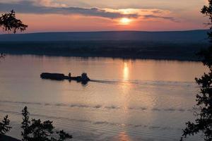 Lastkahn mit Fracht den Fluss hinauf. foto