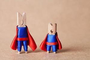 Wäscheklammern. Superhelden im blauen Anzug und im roten Umhang. foto