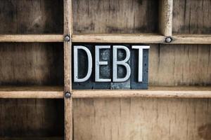 Schuldenkonzept Metall Buchdruck Wort in Schublade foto