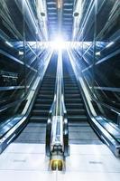 Rolltreppe, moderne Treppe, futuristischer Hintergrund foto