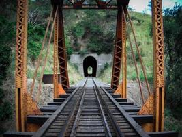 Tunnel am Ende der Brücke foto