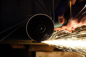 Metallschleifen auf Stahlrohr Nahaufnahme foto