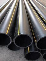 schwarzes Plastik-PVC-Rohr, das auf der Straße liegt