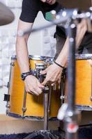 Tontechniker stellt die Trommel ein foto