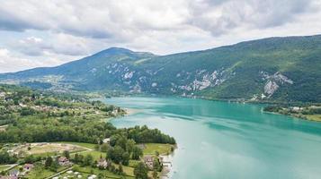 Blick auf das Meer von Lac Aiguebelette See in Savoie, Frankreich foto