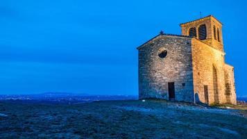 Blaue Stunde Blick auf die Saint-Vincent-Kapelle in Saint-Laurent d'agny in Frankreich foto