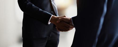erfolgreiches Verhandlungs- und Handshake-Konzept, zwei Geschäftsleute geben dem Partner die Hand, um Partnerschaft und Teamwork zu feiern, Geschäft