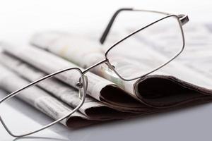 Gläser auf den Zeitungen foto