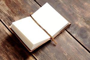 Öffnen Sie das Notizbuch von der Seite foto