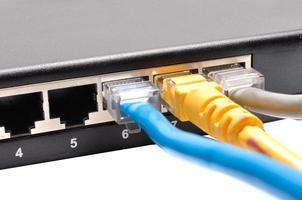 Nahaufnahme der an den Switch angeschlossenen Netzwerkkabel foto