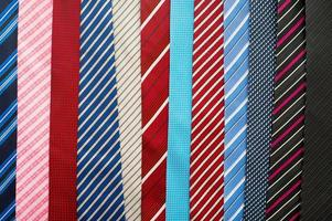 Vielzahl von bunten Krawatten foto