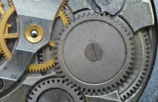 Metallzahnräder im alten Uhrwerk, Makro. foto