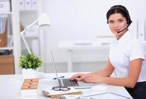 Nahaufnahmeporträt eines Kundendienstmitarbeiters, der an sitzt foto