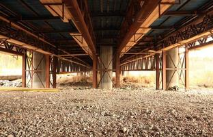 Brücke über Kies foto
