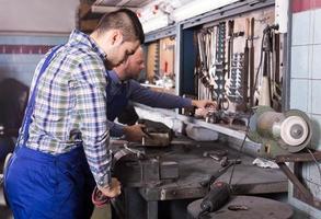 Männer bei der Arbeit in der Werkstatt foto