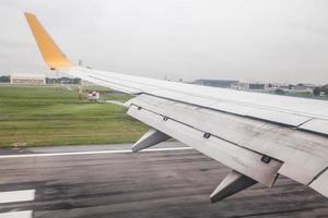 Flugzeug landet auf der Landebahn foto