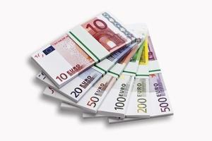 Bündel von Euro-Banknoten auf weißem Hintergrund, Nahaufnahme foto